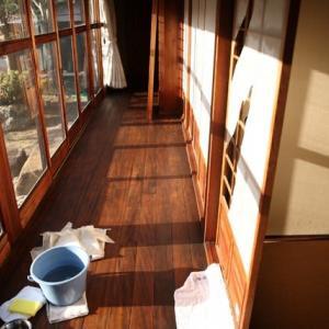 歳末の大掃除、障子の貼り替えと窓ガラス拭き