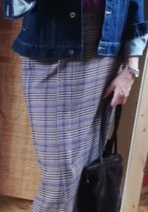 チェックナローミディスカートとデニムジャケット(着画)