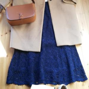 白のスエットと紺色のレースフレアスカート。再お値下げになったオーバーサイズチェスターコート