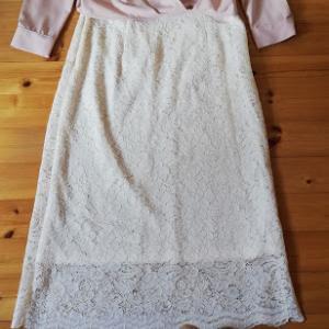 ピンクのブラウスを 白のレーススカートとピンクのジョガーパンツと2パターン組み合わせ(着画)