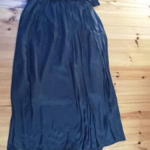 サテンのブラウスとスカートでネイビーコーデ(着画)