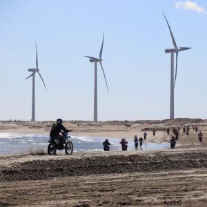 日川浜オートキャンプ場② 海と風車とバイクレース編