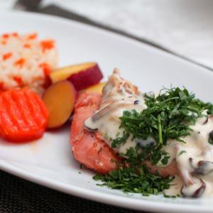 低温調理鮭のきのこクリームソース