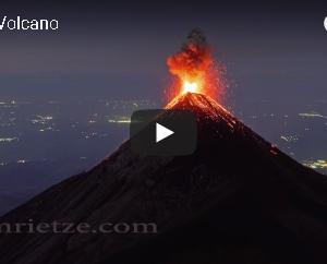 山頂から溶岩を噴き上げるフエゴ火山