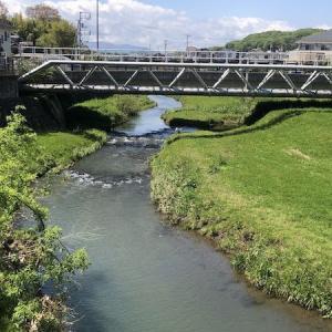 鶴見川沿いの中流域を走る。