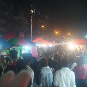 ダディンジュ祭り・イエジョー通りの夜市にて