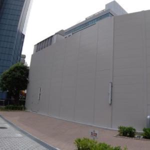 英ウィメンズクリニックの前にコウノトリのARTが 神戸ミューラルアート