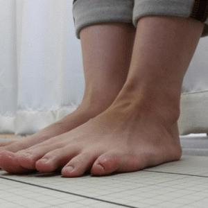 今の時代、浮き指状態で歩いている人が多いようです。