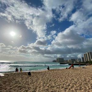 外出禁止中のハワイ ビーチの群衆