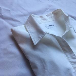 白シャツ追加しました。サイズなかったけど、これがいい〜これしかいらん〜とジタバタしてみた。