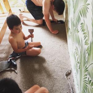 今日は次男三男部屋の絨毯張り替えしてます。まじカオス2週間ほど前に我が家にやってきた...