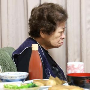 和風の献立にケチャップ…合うのか、おばあ!