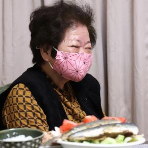 86歳のおばあの好みは鬼滅の刃の禰豆子柄!おしゃれマスクで『全集中』で作った晩ごはん