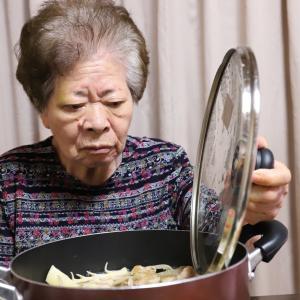 35度越えの猛暑日に、熱々のオリジナル鍋を冷めないうちに…って、なんでやねん、おばあ!