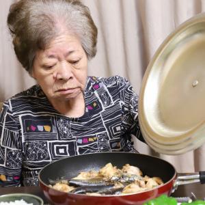 おばあのフライパン料理で、じめじめ気分も一気に吹き飛ぶ!イワシと手羽元のアクアパッツァ風!?