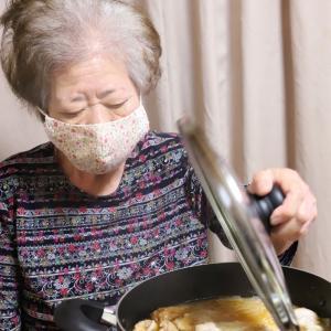 孫が買ってきたもの全部煮る…ってどういうことや、おばあ!『こてっちゃん』と牛スジのピリ辛モツ鍋!?