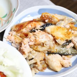晩ごはんは驚きの組み合わせ…じゃなくて、食材そのままでも最高やで、おばあ!鮭のアラとレンチン玉ねぎ