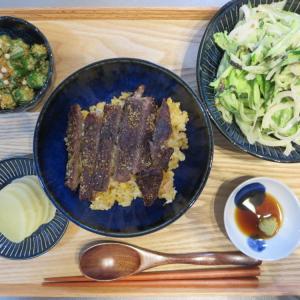 ガーリックライスのステーキ丼の献立(2019年9月28日の昼ごはん)|みきママのレシピ本
