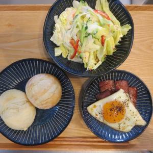 ベーコンエッグとPan&(パンド)の冷凍パンの献立(2020年7月2日の昼ごはん)