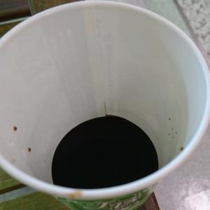 紙カップ式清涼飲料水の自動販売機でコーラを買おうとしたらコーラの原液だけが出てきた?!