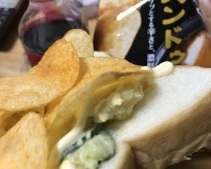 ポテサラとポテチのサンドイッチ