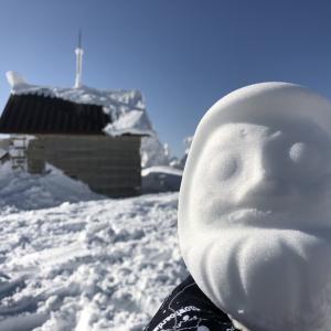 """雪山山頂で発見!これがホントの""""雪だるま""""ダネ"""