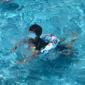初めて近所のプールへ。