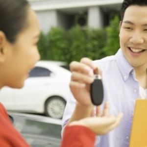 親に買ってもらった車を「お金ほしさ」に売った「18才の息子」…名義は親、取り戻すことはできる?<br />
