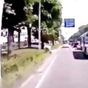 バスの死角からバイクが突然出現!「車の方が可哀想」「これは原付に気付くのは難しい」などの声!<br />