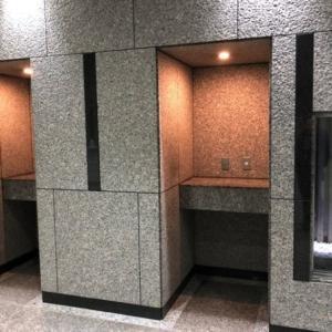 10代にはわからない? ビルにあるへこんだ壁の正体は...「お1人さまラーメン?」「シャワー浴びるところですよね」<br />
