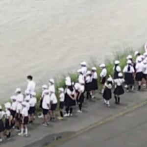 【広島】大雨洪水警報の中、小学校教員が生徒50人を連れて増水河川を見学していたことがわかり非難の声!<br />