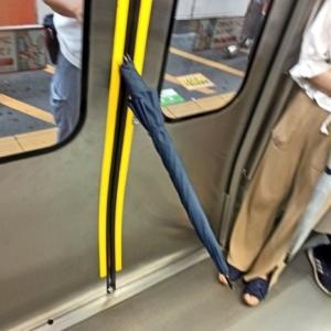 電車のドアに傘を突き刺す「駆け込み傘」の恐怖 「もし子供がいたら...」目撃者に一部始終を聞いた<br />