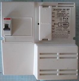 取り外した外部電源充電器