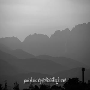 霞む山なみ・後ろは剣岳