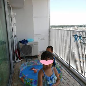 プールとメルちゃんと2歳男児