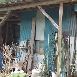 山の上の畑掘っ立てハウスの外側にもがらくたが…