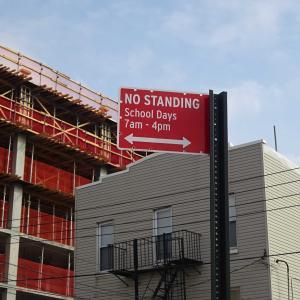 ニューヨークの道路標識を見る。学校がある日は立っちゃダメなの?