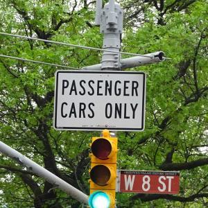 """ニューヨークの交通標識で車の種類の英語を考える。""""PASSENGER CARS""""は?"""