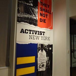 ニューヨーク市博物館に展示されている、アクティビスト・ニューヨークの英語を読む。