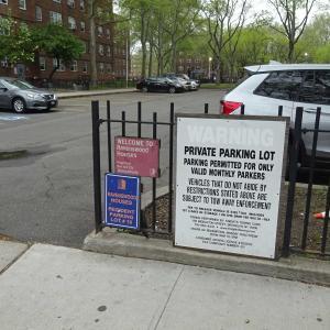 クィーンズ地区で見た市営アパート住民のための駐車場。