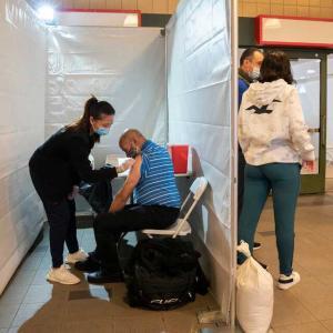 ニューヨークの地下鉄構内でワクチンが打てる。