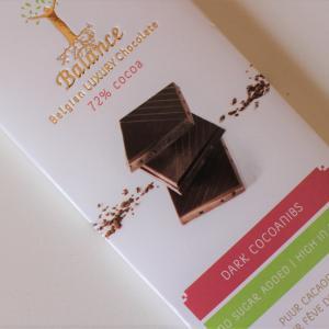 本日のおやつは、ダークチョコレートとアーモンド