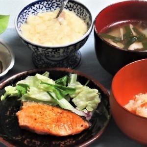 1月26日の母の夕食 炊き込みご飯と鮭のハーブ焼きなど