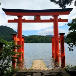 【箱根神社】湖に浮かぶ鳥居と、お休み処で5色餅♪