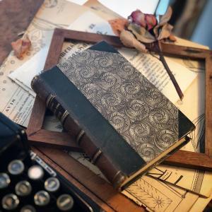 グルグルとアンモナイト風デザインのデンマークの古い本