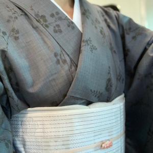 萩文様の単衣紬にオフ白の半幅帯を合わせて