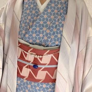ブルーの小紋に灰桜色の羽織を合わせて