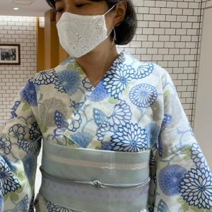 菊の花文様の浴衣に紗の半幅帯を合わせて