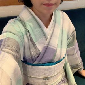 木綿のチェック柄のキモノにオフ白の半幅帯を合わせて北鎌倉へ