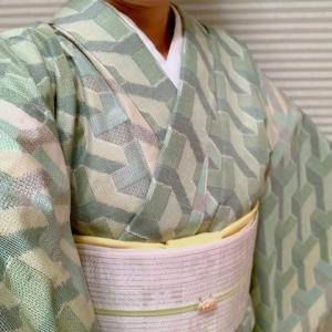 幾何学模様のグリーンの紬に帯が白の日とグレーの日と